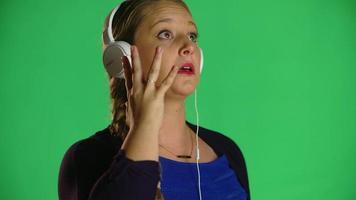donna bionda balla alla musica con le cuffie studio clip video