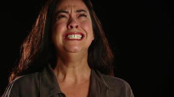 joven hispana frenética y llorando 1 video