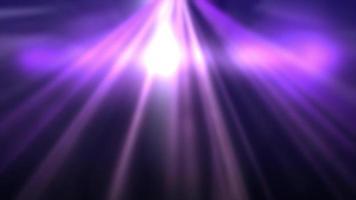 líneas de destello púrpura suave que brillan intensamente sobre fondo negro