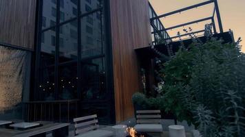 Panoramique vertical d'un restaurant moderne à Los Angeles en 4k