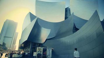 panorâmica lenta descendo à esquerda e depois à direita da sala de concertos da Walt Disney em Los Angeles em 4k.