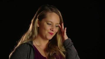 mujer enojada viendo la cámara con el puño cerrado