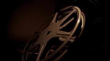 close-up para arranjo de três rolos de filme antigos girando para a direita com iluminação escura em 4k