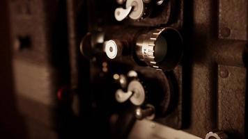 foto panorâmica vertical curta do projetor de filme mostrando o mecanismo de roda dentada, lente e lâmpada piscando em 4k