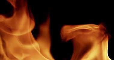 clip calda di fuoco dinamico che balla nell'oscurità al rallentatore 4K