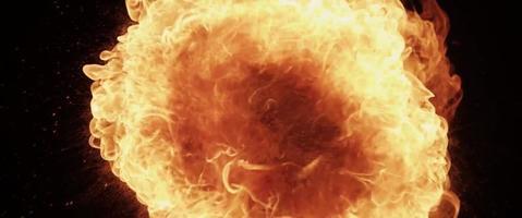 Encendido de fuego creando una bola de fuego y una textura naranja en 4k video