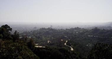 Plan extrême de la ville de Los Angeles panoramique de gauche à droite et un aigle vole au premier plan en 4k