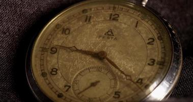 Nahaufnahme der Uhrzeiger, die sich im 4-km-Zeitraffer von 9:15 auf 10:15 bewegen