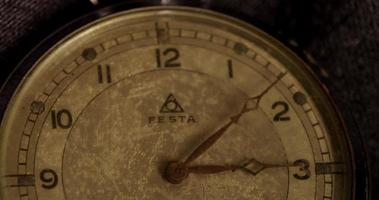 close-up foto de meio relógio antigo e ponteiros do relógio movendo-se das 3:00 às 4:00 em lapso de tempo 4k video