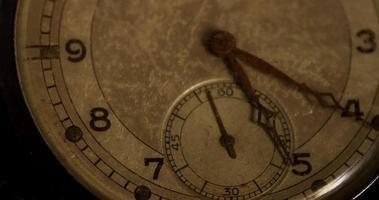 extremos close up shot dos ponteiros do relógio movendo-se de 5:15 para 6:15 em um lapso de tempo de 4k video
