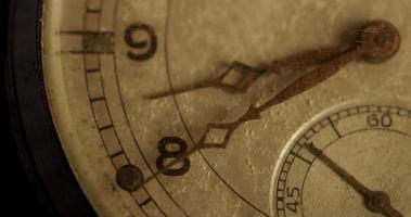 close-up extremo dos ponteiros do relógio movendo-se das 8h40 às 8h55 em um lapso de tempo 4k video