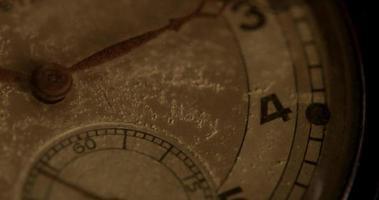 close-up extremo do ponteiro do relógio se movendo por trinta segundos, começando no segundo 55 em um lapso de tempo de 4k