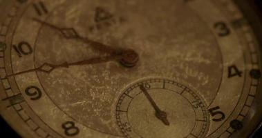 close-up extremo dos ponteiros do relógio movendo-se das 10h30 às 8h30 em um lapso de tempo 4k video