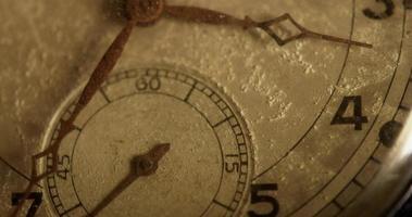 close-up extremo dos ponteiros do relógio movendo-se das 3:30 às 5:40 em um lapso de tempo 4k video
