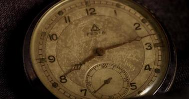 close-up extremo dos ponteiros do relógio movendo-se das 8h07 às 9h12 em um lapso de tempo 4k video