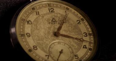 close-up extremo dos ponteiros do relógio movendo-se das 12h05 às 8h em um lapso de tempo de 4k video