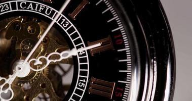 close-up extremo do relógio de bolso com maquinário exposto vindo das 7h09 às 7h40 em um lapso de tempo 4k