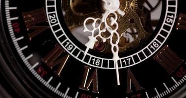 close-up extremo de relógio de bolso com maquinário exposto vindo de 6:25 a 6:50 em lapso de tempo 4k