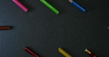 Lápices de colores marco grande sobre fondo oscuro