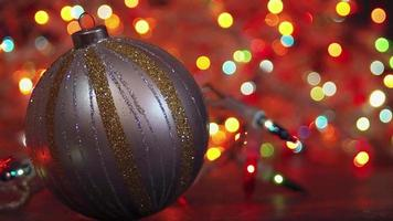 luces bokeh con bola decorativa en primer plano