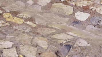 camino pavimentado con agua