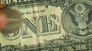 Extreme close up de différentes pièces sur un billet d'un dollar