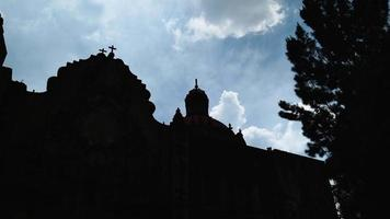Iglesia y helicóptero con cielo azul de fondo