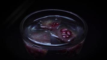 colocando granada congelada en hielo