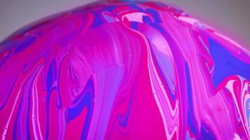 tinta rosa e azul na esfera de vidro video