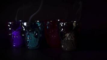 cuatro contenedores de calaveras con humo