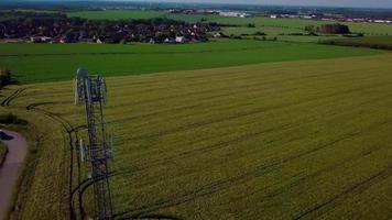 drone orbitando uma torre de rádio video