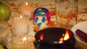 crâne de sucre et bougies et brasero en offrande traditionnelle