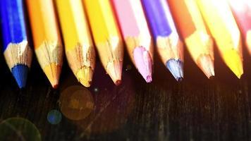 em um lápis multicolorido de fundo de madeira. lápis de cor brilhantes fechem. macro. tiro macro