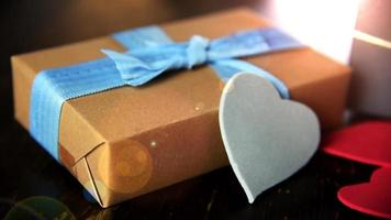 Cajas de regalo con corazones de papel sobre la mesa de madera de cerca