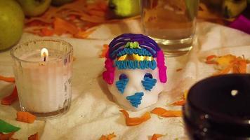 Crânes de sucre avec pétales de cempasuchil et bougies en offrande mexicaine