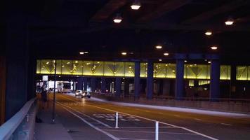 auto e autobus in un tunnel nelle strade di Chicago