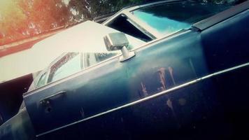 bewaffneter Soldat steigt aus einem alten rostigen Auto