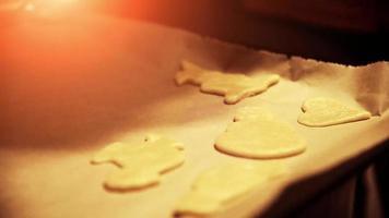 preparando uma panela para assar biscoitos de natal recém-assados