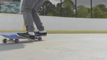 Cerca del hombre haciendo un truco de skate y manteniendo el equilibrio