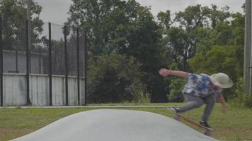 jovem patinando em uma pequena rampa e pulando video