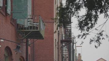 Clip de mano de edificio con balcón y escaleras de hierro