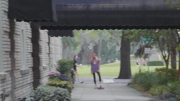 junge Frau und ihr Holzbrett auf einem Bürgersteig