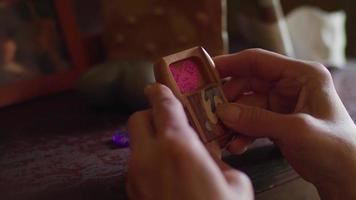 close-up de mãos fechando uma pequena caixa de madeira video