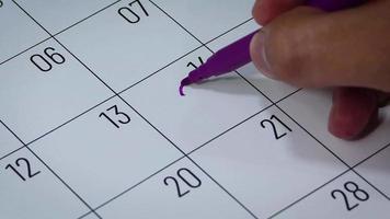Calendario del mes de febrero con dibujo de corazón y flecha