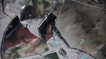 homem deprimido e zangado olha em cacos de vidro e estende a mão para pegá-lo video