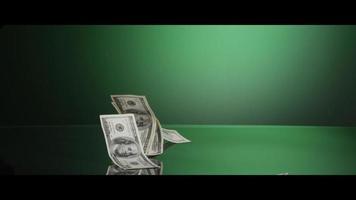 Billetes de $ 100 americanos cayendo sobre una superficie reflectante - dinero 0007