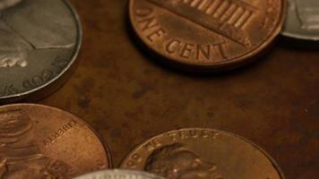 rotierende Stock Footage Aufnahme von amerikanischen Geldmünzen - Geld 0332