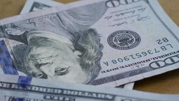 rotierende Stock Footage-Aufnahme von 100-Dollar-Scheinen - Geld 0135