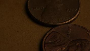rotierende Stock Footage Aufnahme von amerikanischen Pennys (Münze - 0,01 $) - Geld 0176