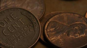 rotierende Stock Footage Aufnahme von amerikanischen Pennys (Münze - $ 0,01) - Geld 0175